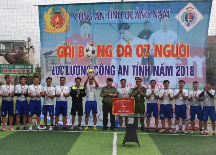 Ban tổ chức trao cúp cho đội vô địch giải bóng đá. Ảnh: H.V