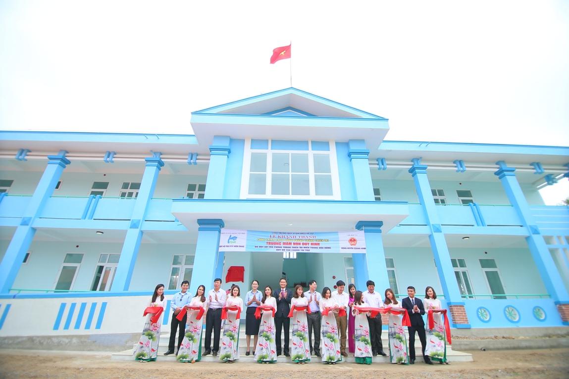 Đại diện Chubb Life Việt Nam và các cơ quan ban ngành cắt băng khánh thành trường mầm non Duy Ninh.