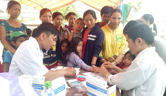 Đoàn tình nguyện khám bệnh, cấp phát thuốc cho người dân xã Phước Chánh.