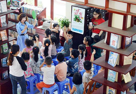 Các hoạt động tại Thư viện Thanh Hóa - Hội An giúp bồi đắp trong học sinh tình yêu di sản, thúc đẩy văn hóa đọc.  Ảnh: VĨNH LỘC
