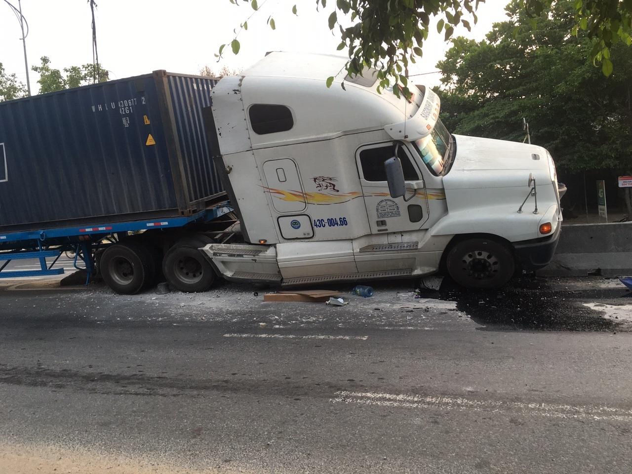 Xe container tông thẳng vào dãi phân cách