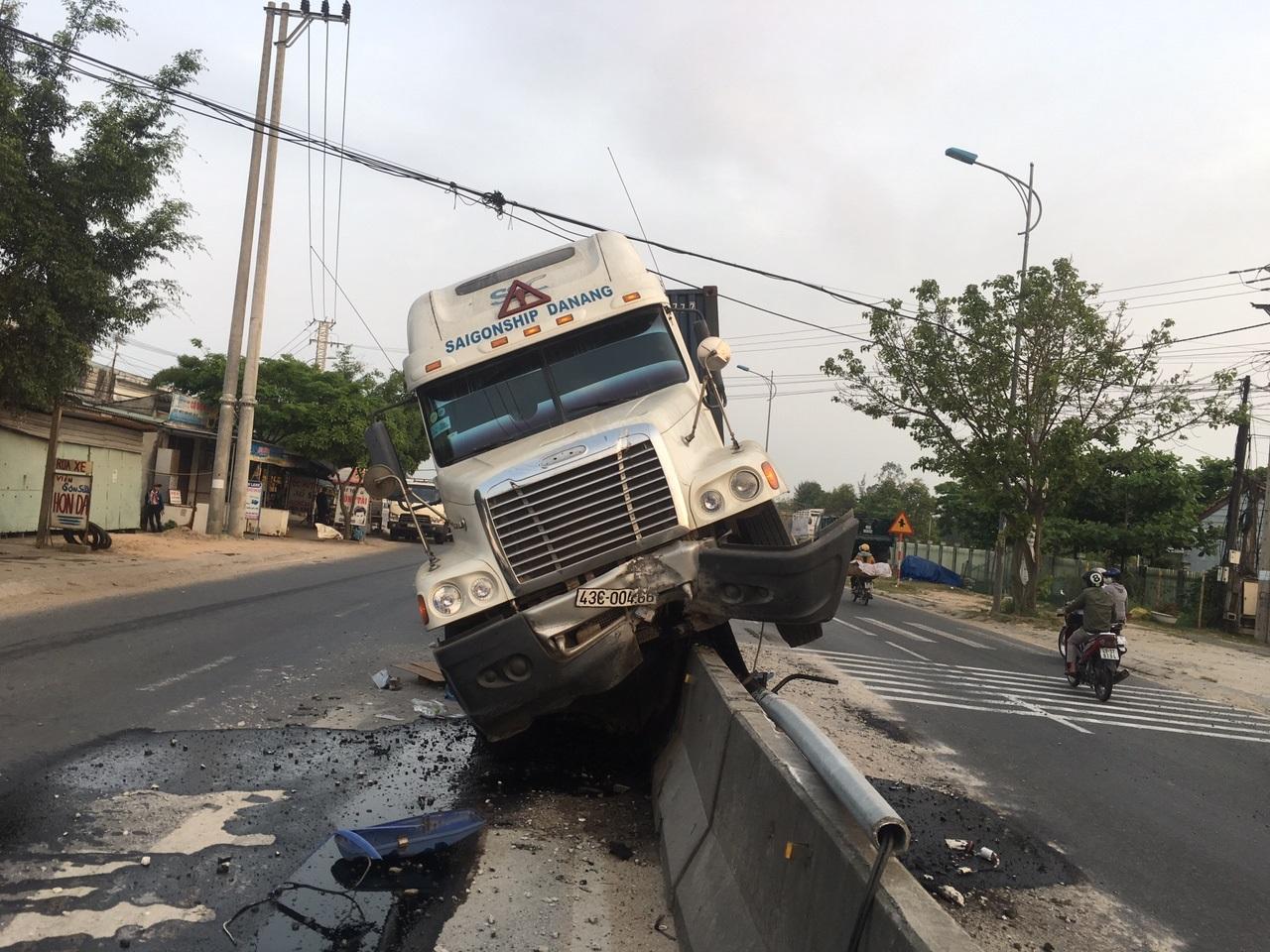 Tai nạn khiến nhiều đoạn phân cách và cột đèn chiếu sáng hư hỏng