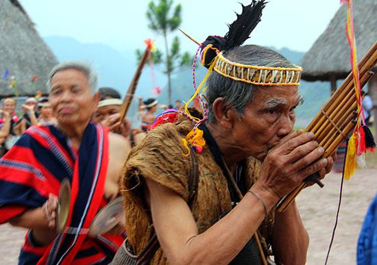 Không chỉ anh hùng trong kháng chiến, ông Cơlâu Nâm là người tích cực giữ hồn văn hóa Cơ Tu ở Tây Giang. Trong ảnh: Già Cơlâu Nâm tham gia lễ hội cùng dân làng. Ảnh: ALĂNG NGƯỚC