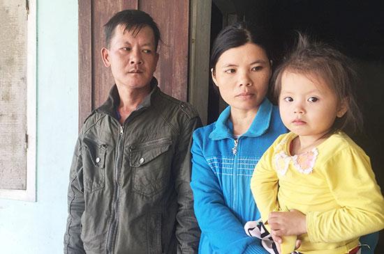 Vợ chồng anh Tuấn đã gửi 2 đứa con nhờ bà con chăm nom giúp. Ảnh: P.V