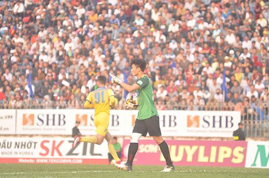 Sự có mặt của thủ môn Bùi Tiến Dũng đã thu hút hơn 12.000 khán giả, trong đó có nhiều các fan nữ đến sân Tam Kỳ trong trận Quảng Nam tiếp FLC Thanh Hóa. Ảnh: AN NHI