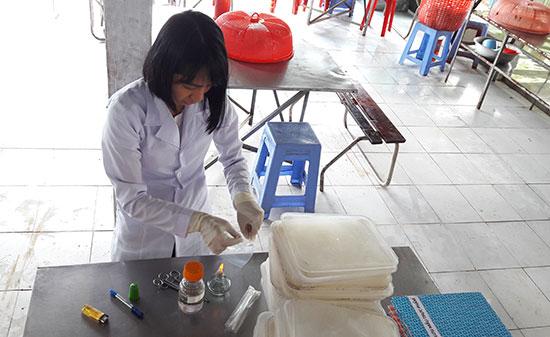 Việc triển khai các nhiệm vụ của phòng y tế thường phải phối hợp với trung tâm y tế . Trong ảnh: Đoàn kiểm tra liên ngành có đại diện của phòng y tế kiểm tra vệ sinh an toàn thực phẩm tại một bếp ăn tập thể.