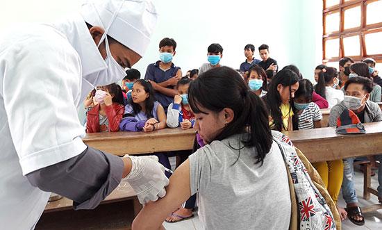 Nhiều ý kiến cho rằng, ở các huyện miền núi thì không nhất thiết phải có phòng y tế huyện.  Trong ảnh: Tổ chức tiêm ngừa cho học sinh miền núi. Ảnh: NG.DƯƠNG