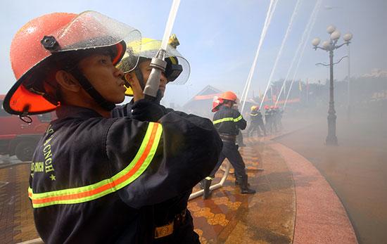 Đội Cảnh sát PCCC và CNCH Bắc Quảng Nam tham gia diễn tập phục vụ APEC 2017. Ảnh: T.C