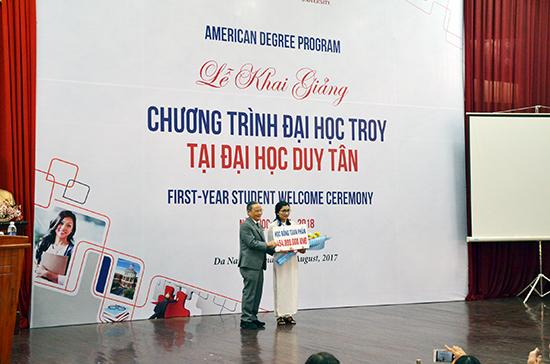 Thầy Lê Công Cơ trao học bổng cho sinh viên thủ khoa Lê Thị Thu Ngân.