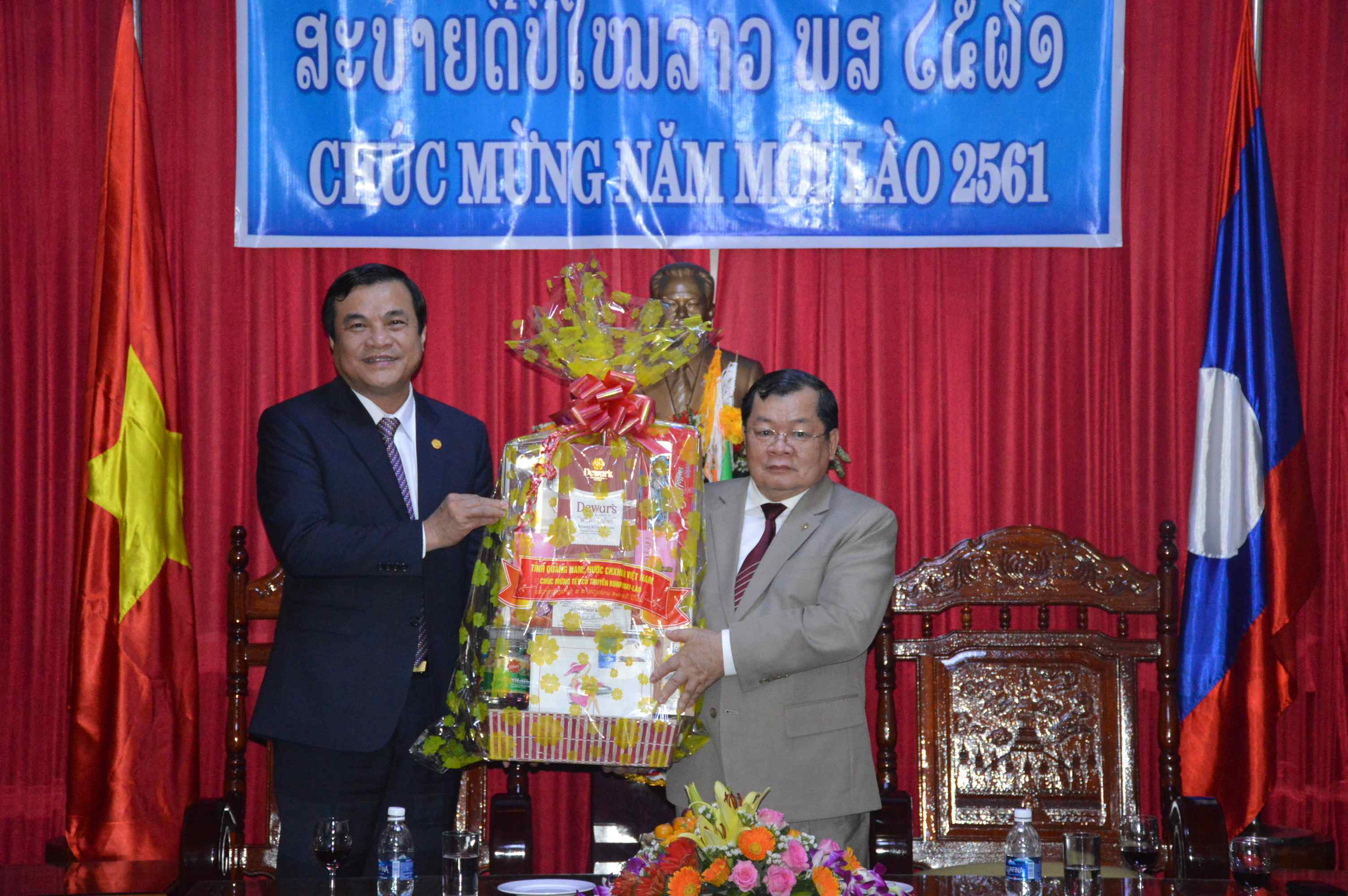 Standing Deputy Secretary Cuong (left) at the Laotian Consulate General in Da Nang city