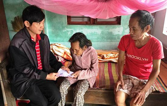 Anh Trần Phước Ninh (trái) dù khuyết tật nhưng vẫn tích cực tham gia làm từ thiện. Ảnh: PHAN VINH