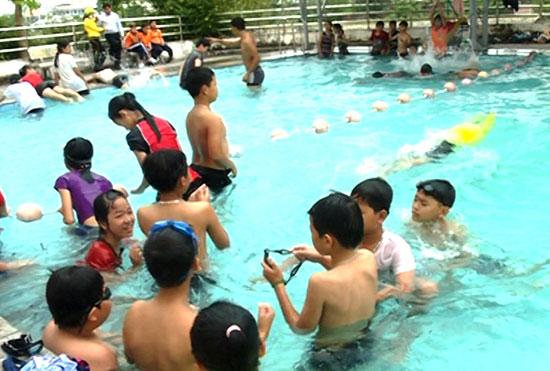 Trang bị kỹ năng bơi lội nhằm góp phần giúp trẻ tránh được các tai nạn về đuối nước.