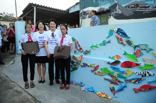 Korean First Lady and good students at Tam Thanh mural village in November 2017