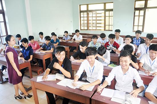 Một trong 8 lớp vừa học nghề vừa học văn hóa tại Trường Cao đẳng Kinh tế - kỹ thuật Quảng Nam hiện nay. Ảnh: X.PHÚ