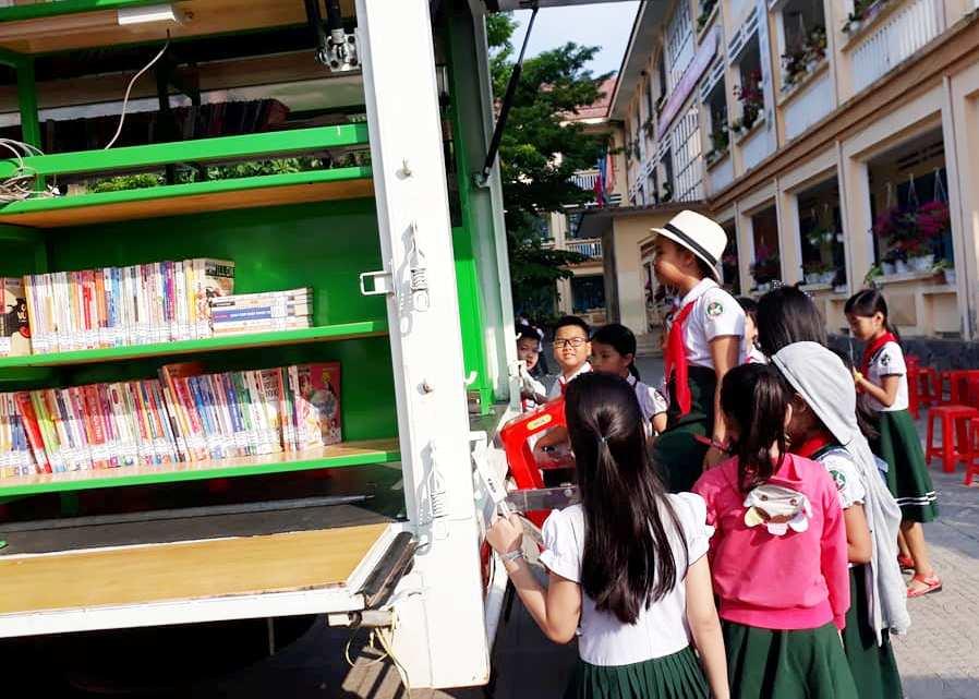 Trưng bày sách tại Trường Tiểu học Kim Đồng. Ảnh: HUỲNH THU HẬU