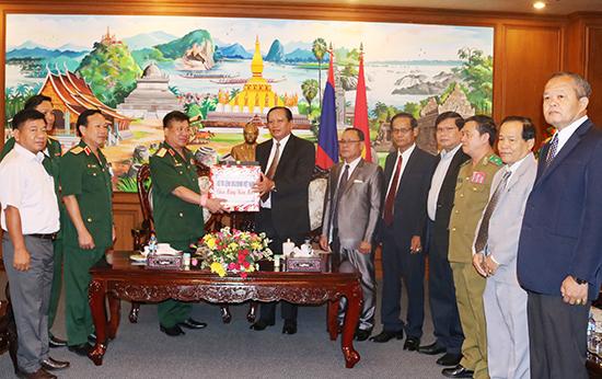 Trung tướng Nguyễn Long Cáng, Tư lệnh Quân khu 5 thăm, chúc tết, tặng quà Tỉnh ủy, UBND tỉnh Chămpasắk (Lào).