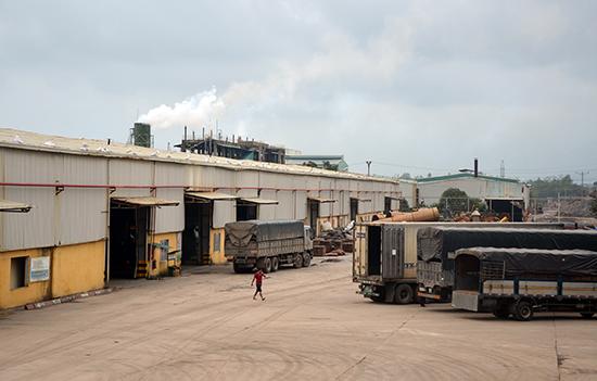 Khó khăn của doanh nghiệp sản xuất vật liệu xây dựng là có đủ nguồn nguyên liệu ổn định, hợp pháp.  TRONG ẢNH: Khu xưởng sản xuất của Công ty CP Prime Đại Lộc.Ảnh: TRẦN HỮU