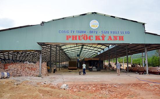 Muốn duy trì sản xuất lâu dài, các cơ sở sản xuất gạch phải có nguồn gốc đất sét hợp pháp.  TRONG ẢNH: Một cơ sở sản xuất gạch tại địa bàn huyện Quế Sơn.