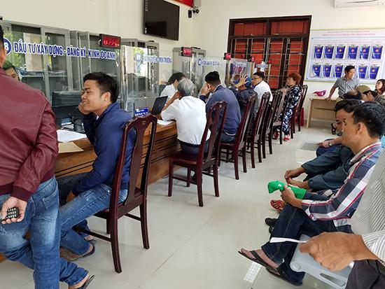 Hoạt động giao dịch tại Trung tâm HCC thị xã Điện Bàn. Ảnh: QUỐC TUẤN