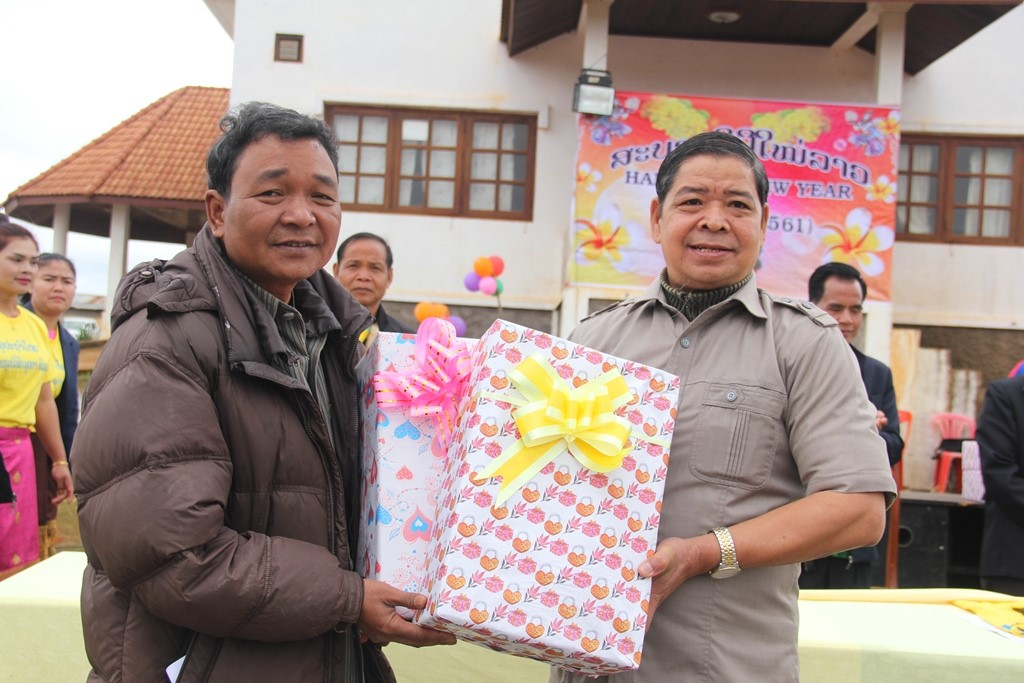 Leader of Nam Giang district Cho Rum Nhien (right) in Dak Cheung district on the occasion of Lao traditional New Year 2018.