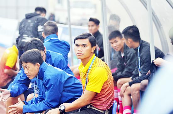HLV Phan Văn Tài Em bắt đầu cảm nhận ghế nóng sau 3 trận toàn thua. Ảnh: A.SẮC