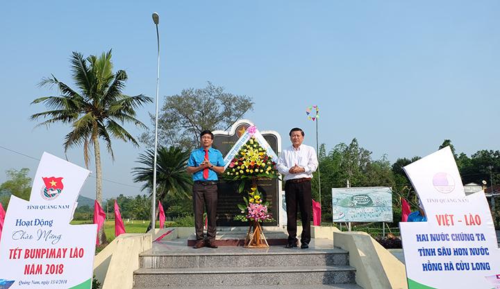 Các đồng chí lãnh đạo đặt vòng hoa tại Khu kháng chiến Hạ Lào. Ảnh: M.L