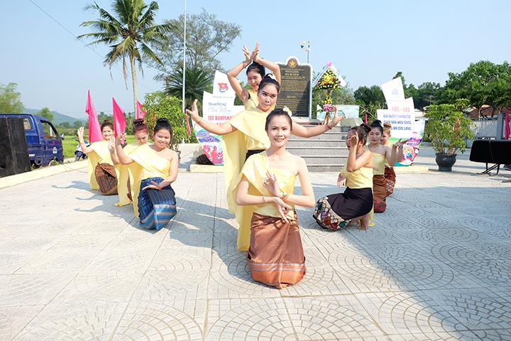 Những điệu múa lăm vông đẹp mắt của các bạn sinh viên Lào. Ảnh: M.L