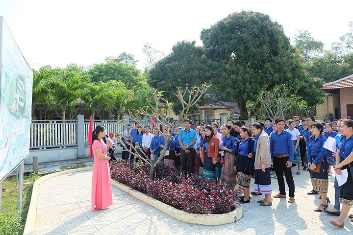 Sinh viên Lào và ĐVTN được tìm hiểu thông tin về di tích quốc gia khu kháng chiến Hạ Lào. Ảnh: M.L