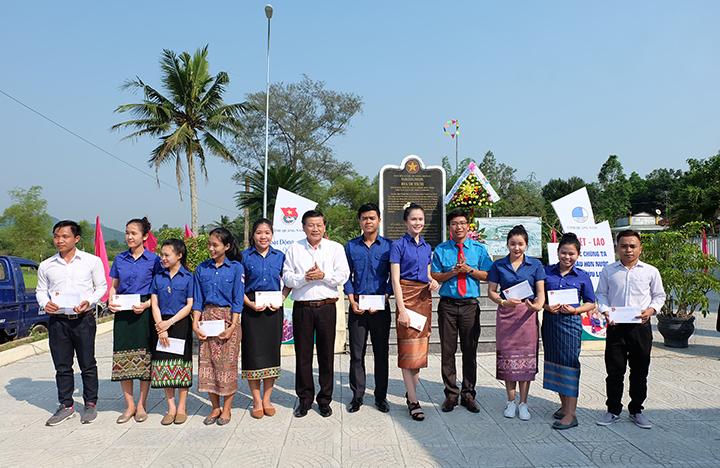 Hội LHTN Việt Nam tỉnh trao 10 suất học bổng cho các bạn sinh viên vượt khó học giỏi. Ảnh: M.L
