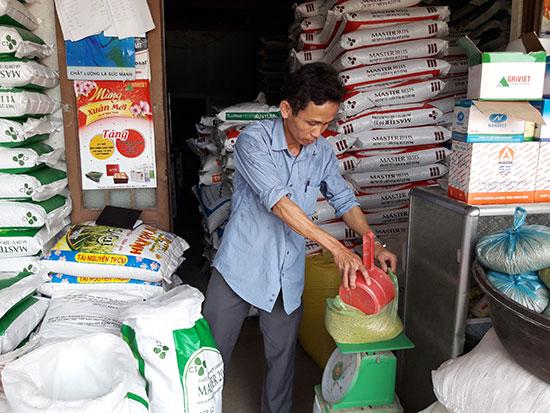Cơ sở cung cấp thức ăn chăn nuôi của vợ chồng anh Trương Minh Tiến, xã Tiên Thọ. Ảnh: P.H