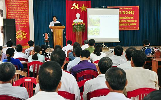 Anh Đỗ Văn Bình truyền đạt về tư tưởng, đạo đức, phong cách Hồ Chí Minh theo chuyên đề năm 2018 cho cán bộ, đảng viên xã Tam Đại (Phú Ninh).Ảnh: H.G