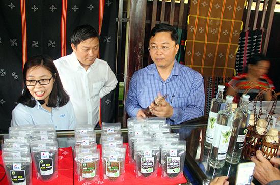 Phó Chủ tịch UBND tỉnh Lê Trí Thanh tham quan cửa hàng trưng bày sản phẩm nông nghiệp miền núi ở Nam Giang. Ảnh: ALĂNG NGƯỚC