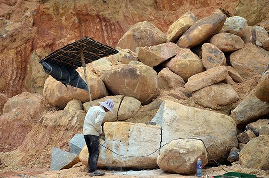 Hiện trường khai thác, chế biến đá ở núi Dàng, xã Phú Thọ.Ảnh: TRẦN HỮU