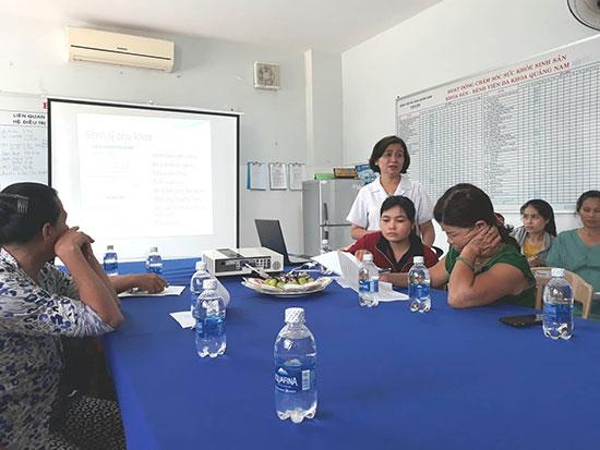 Bác sĩ Nguyễn Thị Kiều Trinh tư vấn về bệnh lý phụ khoa tại Khoa Phụ sản BVĐK tỉnh. Ảnh: C.NỮ