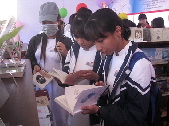 Học sinh tại ngày hội sách.