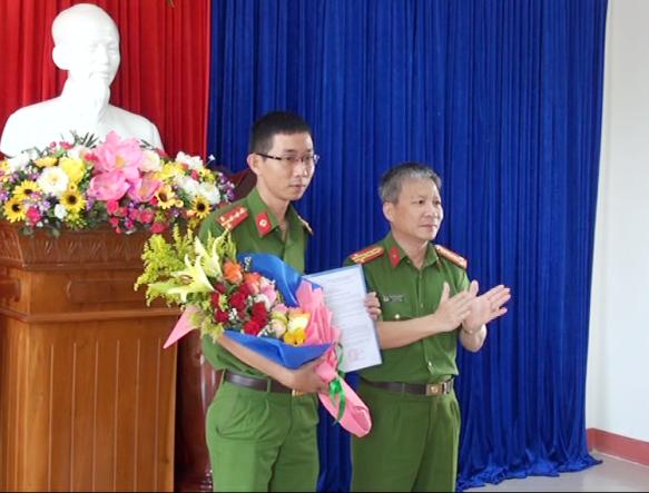 Đại tá Nguyễn Đức Dũng, PGĐ Công an tỉnh trao quyết định, tặng hoa cho đại úy Phạm Việt Ân, Đội trưởng Đội Cảnh sát phòng chống tội phạm sử dụng công nghệ cao