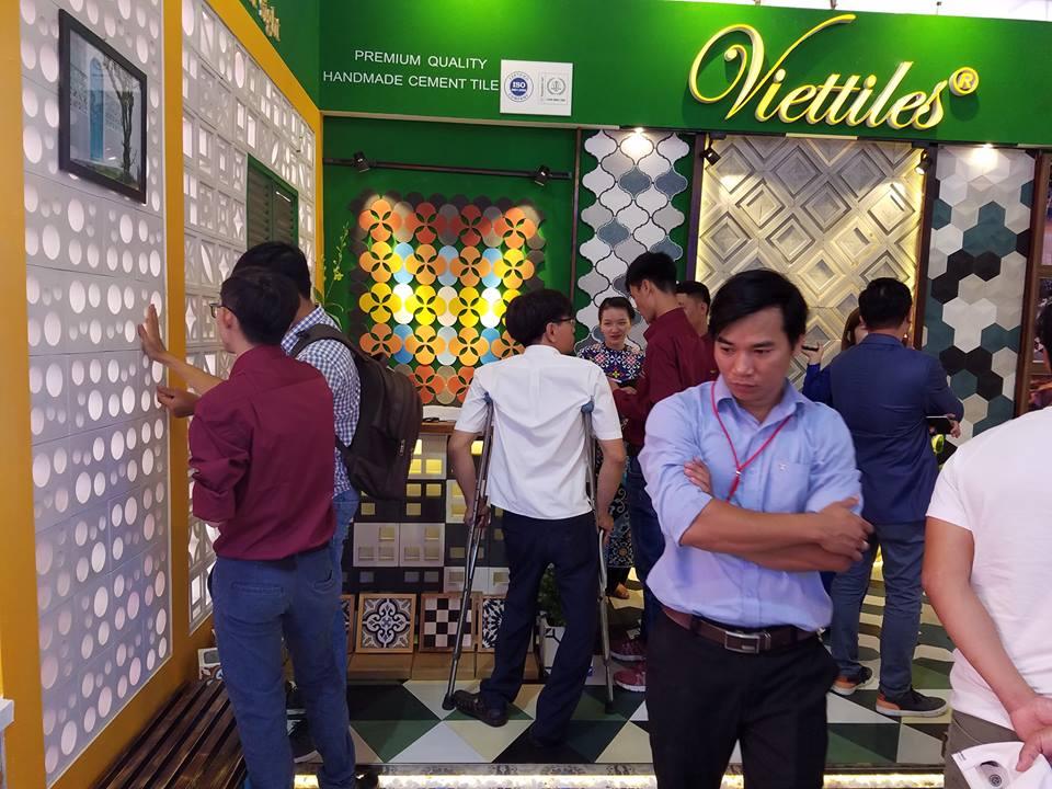 Người dân tham quan một gian hàng tại triển lãm sau lễ khai mạc. Ảnh: Q.T