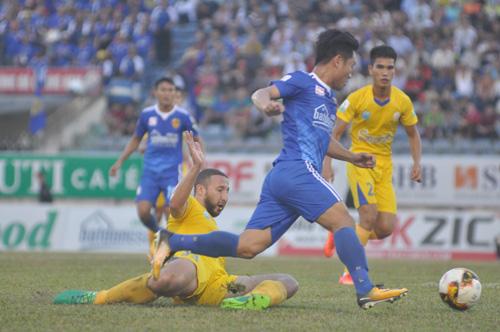 Trung vệ  Zarour của Sanna Khánh Hòa BVN cản phá quyết liệt trước pha đi bóng của Thanh Trung. Ảnh: T.Vy