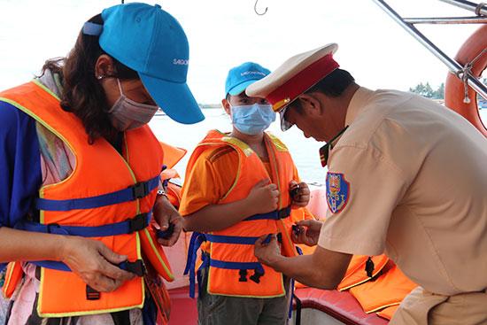 Đội Cảnh sát đường thủy tăng cường kiểm tra, tuyên truyền đảm bảo an toàn giao thông ở bến thuyền Cửa Đại. Ảnh: T.C