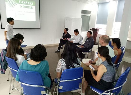 """Anh Dương Ngọc Ảnh thuyết trình về dự án """"Cassava Noddle"""" với các chuyên gia nước ngoài và """"Vườn ươm doanh nghiệp Đà Nẵng""""."""