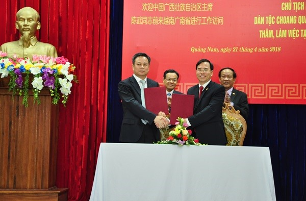 Signing in the minutes of the meeting between Quang Nam and Guangxi provinces
