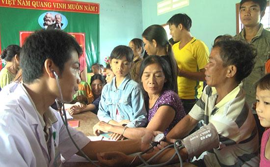 Việc giám sát dịch tễ, lấy mẫu máu ở những vùng có nguy cơ mắc bệnh sốt rét cao góp phần giúp phát hiện bệnh sớm, kịp thời xử lý. Ảnh: N.DƯƠNG