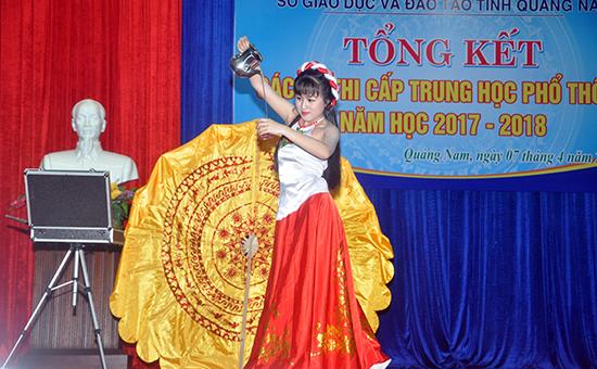 """Tiết mục ảo thuật """"Bánh trôi nước"""" của HS Phan Nguyễn Khánh Nhi, Trường THPT Hùng Vương.Ảnh: XUÂN PHÚ"""