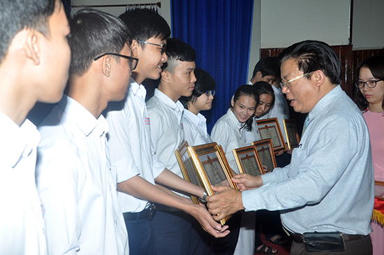 Lãnh đạo Sở GD-ĐT khen thưởng HS giành giải thưởng tại cuộc thi Khoa học kỹ thuật toàn quốc năm học 2017-2018.