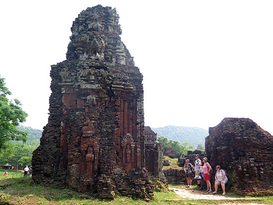 Tháp B3 nằm trong phức hệ tháp B, C, D với các giá trị kiến trúc độc đáo luôn thu hút khách tham quan.  Ảnh: LÊ QUÂN