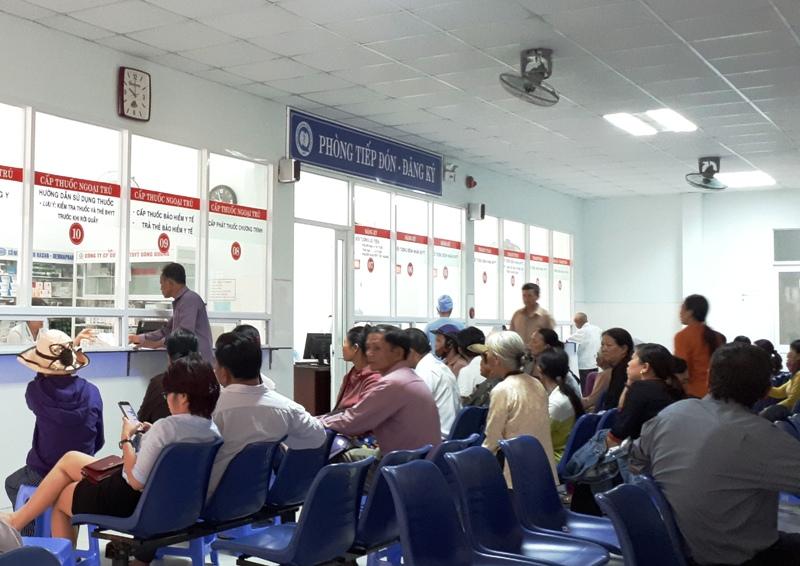 Hàng ngày, số lượng người đến khám và điều trị tại Bệnh viện Đa khoa Quảng Nam rất đông. Ảnh: N.TRÚC