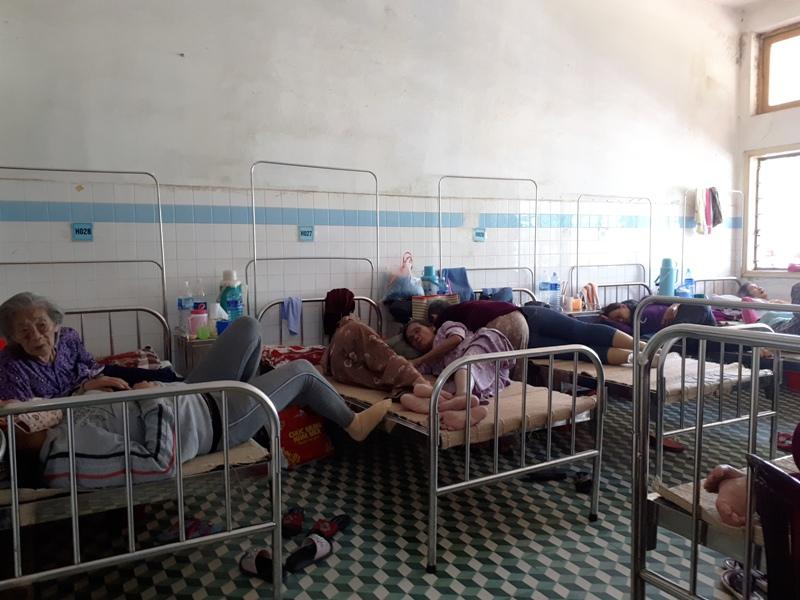Nhiều phòng, bệnh nhân phải nằm chen chúc nhau 2 người/giường. Ảnh: N.TRÚC