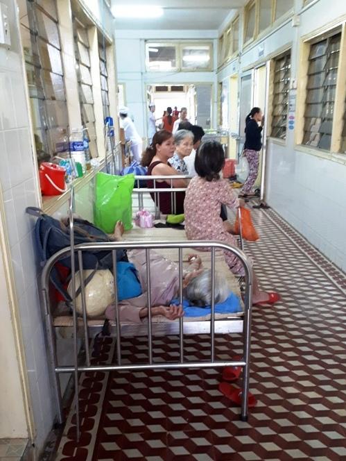Số lượng bệnh nhân quá tải khiến nhiều bệnh nhân phải điều trị bên ngoài hành lang. Ảnh: N.TRÚC