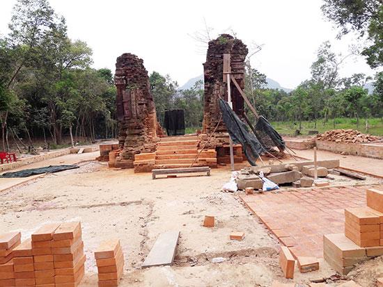 Nhóm tháp K trong quá trình thực hiện khảo cổ. Ảnh: L.Q