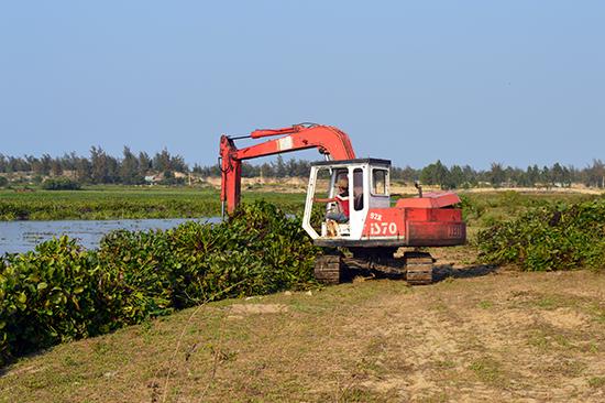 Công tác nạo vét dòng sông Cổ Cò đoạn qua Quảng Nam bị dở dang nhiều năm nay.